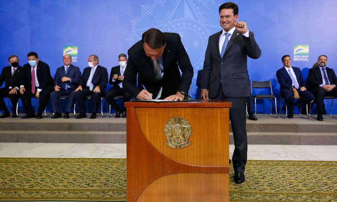 O presidente Jair Bolsonaro assina o termo de posse de João Roma no Ministério da Cidadania Foto: Isac Nóbrega/Presidência/24-02-2021