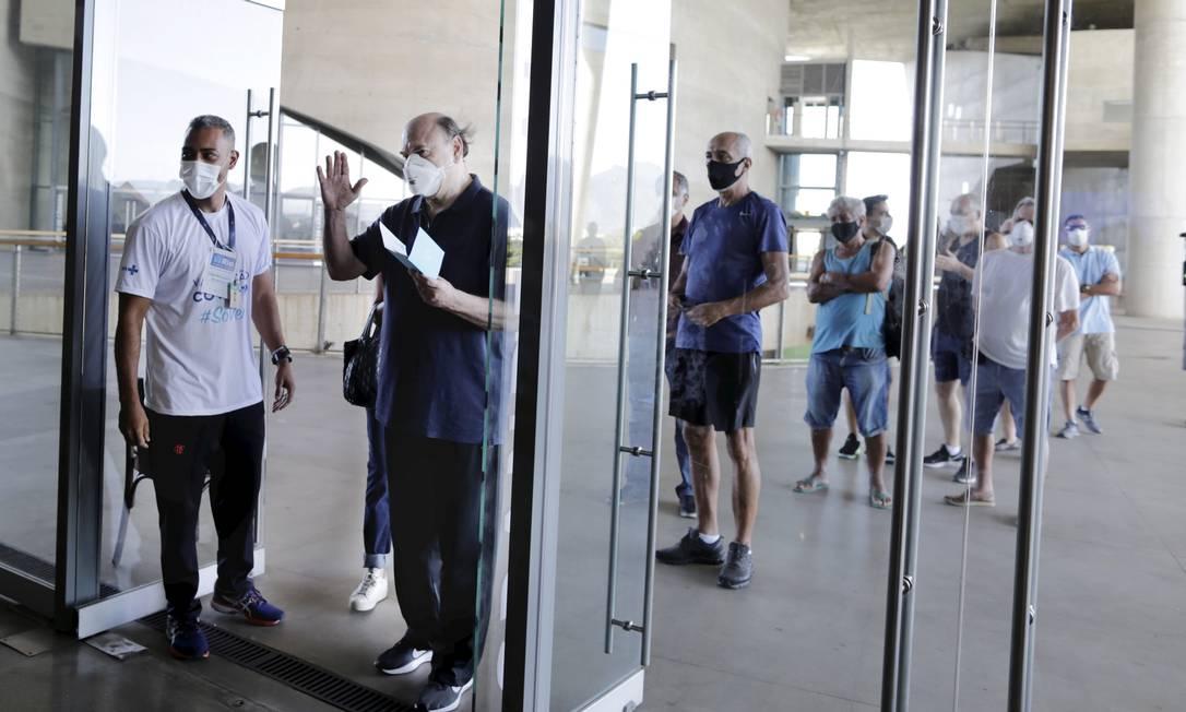 O ex-prefeito do Rio Cesar Maia compareceu no posto de vacinação na Cidade das Artes Foto: Márcia Foletto / O Globo