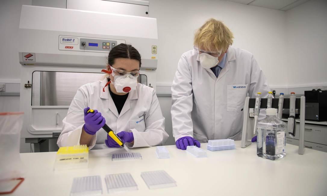 O primeiro-ministro britânico Boris Johnson em visita ao laboratório da Valneva Foto: WPA Pool / Getty Images