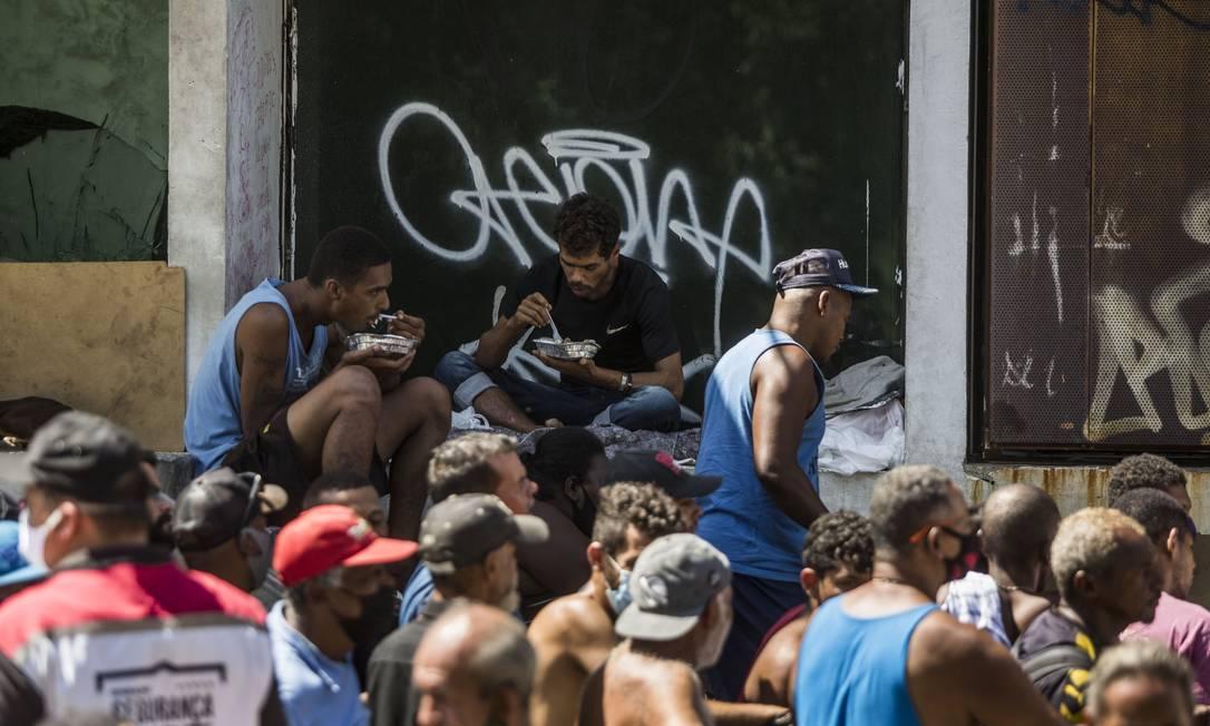 Levantamento do Data Favela revela que, de cada 10 pessoas entrevistadas, oito delas relataram que não teriam condições de se alimentar, caso não recebessem doações Foto: Guito Moreto / Agência O Globo