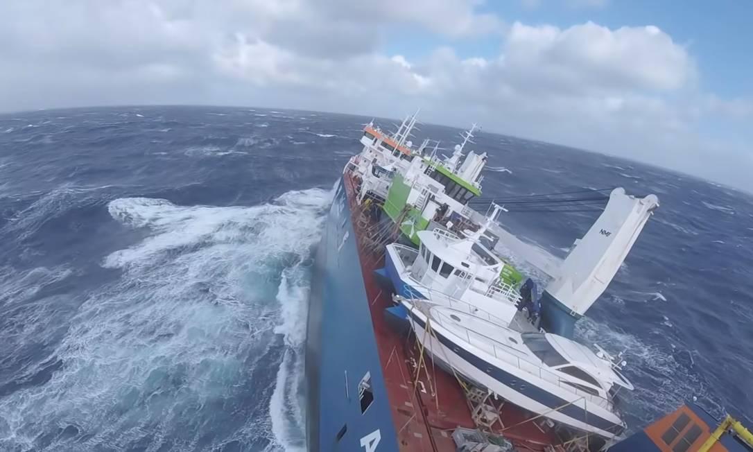 Navio de carga holandês Eemslift Hendrika em clima tempestuoso no Mar do Norte, em 5 de abril de 2021 Foto: JRCC SOUTH-NORWAY / via REUTERS