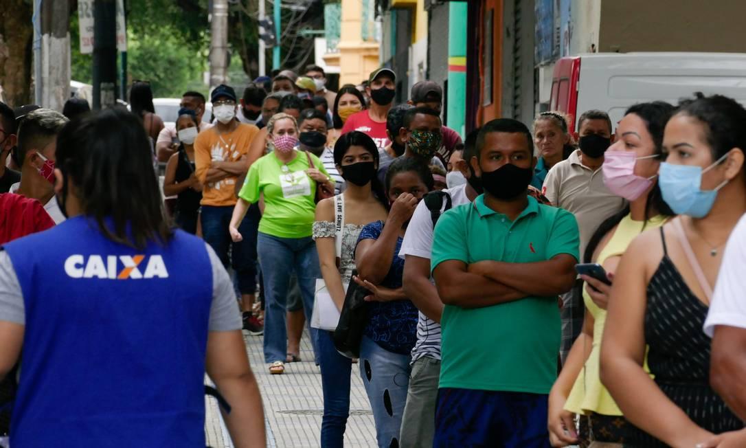 Fila para Auxílio Emergencial em frente a agência da Caixa Econômica no Centro de Manaus Foto: Sandro Pereira/Fotoarena/Agência O Globo/05-04-2021