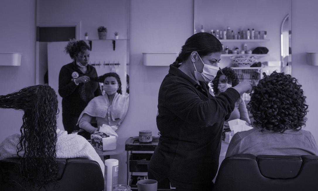 Mulheres tratam seus cabelos em um salão no Cairo. Por décadas, muitas egípcias alisaram seus fios para se enquadrar em uma sociedade conservadora, cujos padrões de beleza são ocidentais. Agora, muitos jovens egípcios começam a rejeitar essas regras Foto: Sima Diab/The New York Times