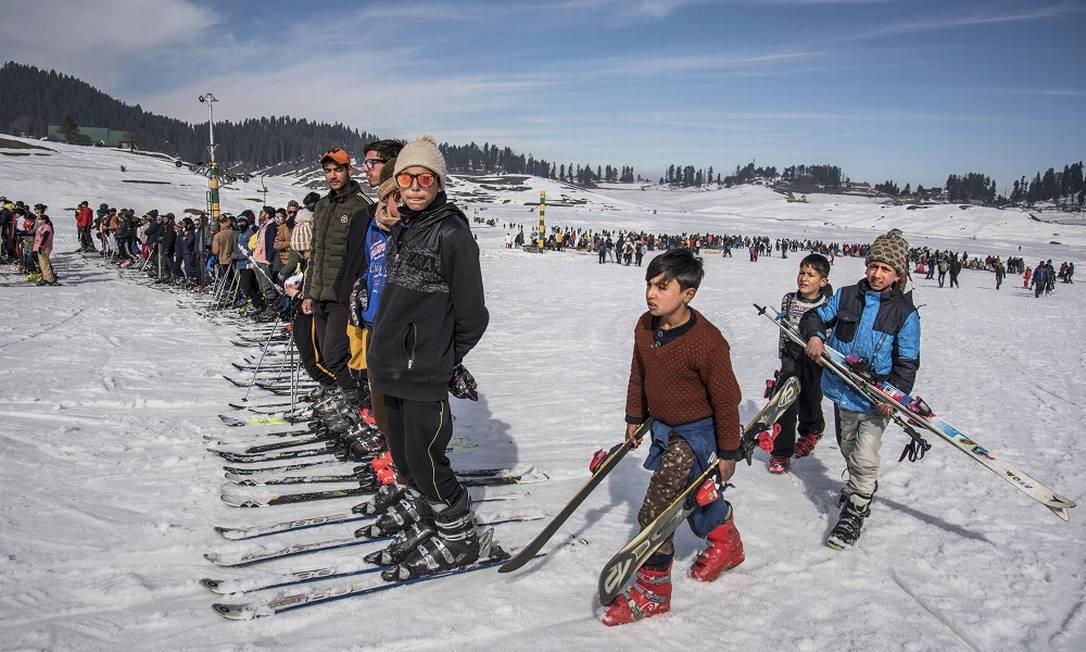 Crianças fazem fila para pegar um teleférico na estação de esqui de Gulmarg, no norte da Índia Foto: Showkat Nanda / The New York Times