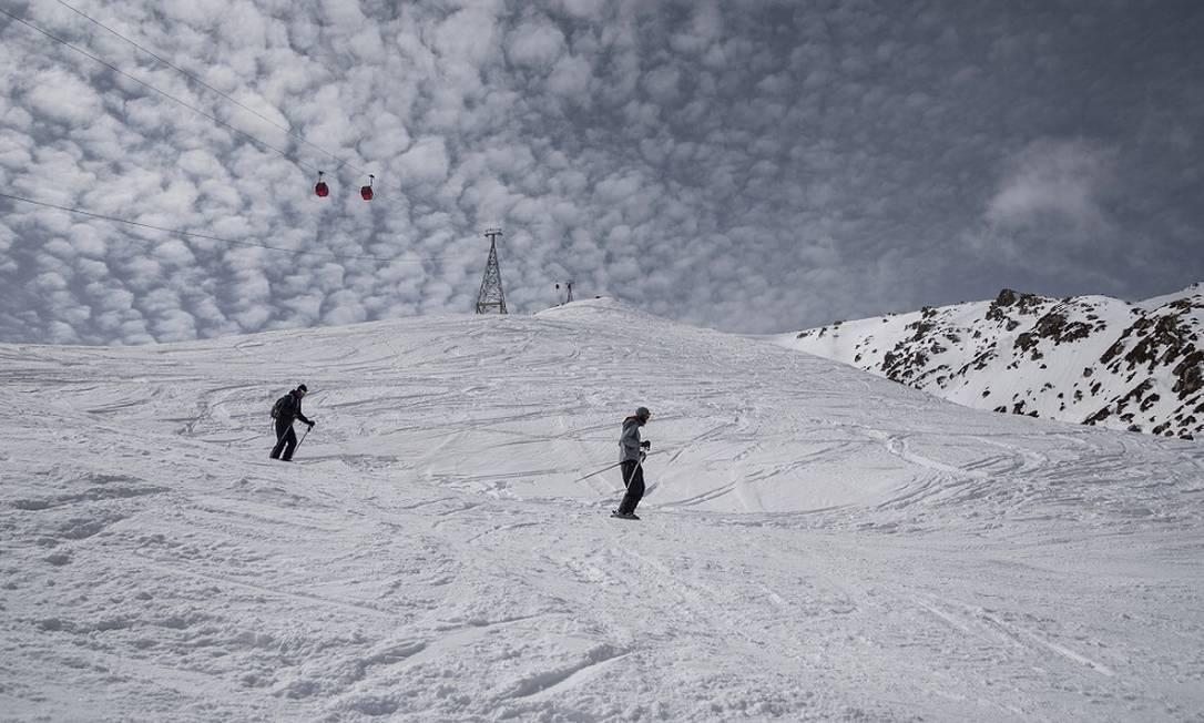 Esquiadores descem a pista Merry Shoulder na estação de esqui de Gulmarg, na parte indiana da Caxemira Foto: Showkat Nanda / The New York Times