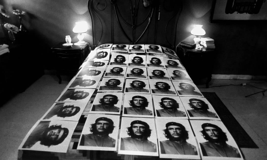 Cópias de prata da famosa foto de Che por Korda, de quem Figueroa foi amigo e discipulo. Foto de 1992. Foto: José A. Figueroa / Divulgação