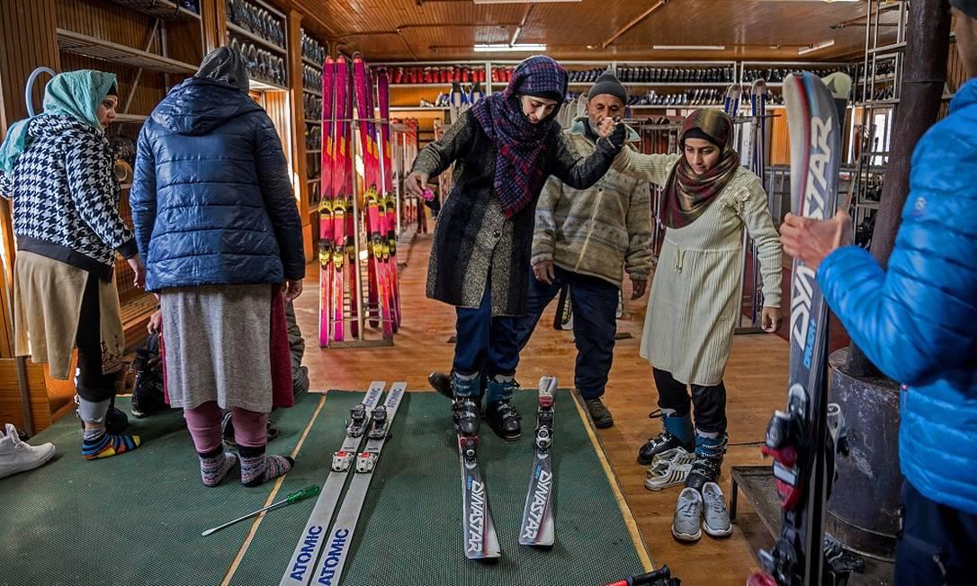 Frequentadoras provam equipamentos de esqui na loja que funciona na estação de Gulmarg, que viu o movimento de indianos aumentar durante a pandemia Foto: Showkat Nanda / The New York Times