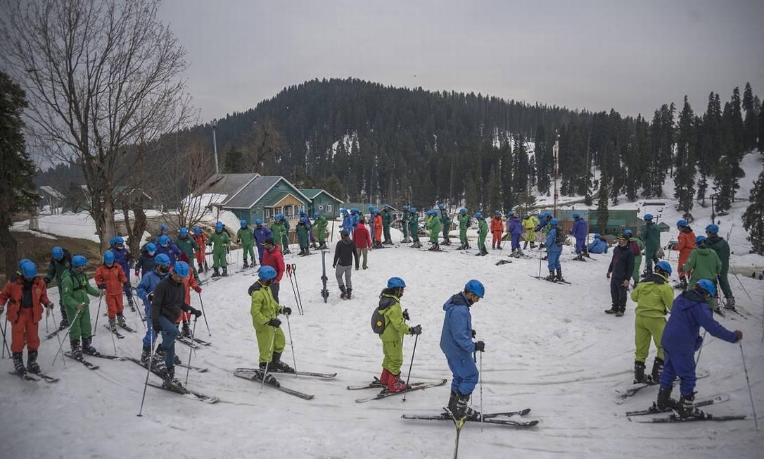 Aula para esquiadores iniciantes na estação de Gulmarg, na região da Caxemira, no norte da Índia Foto: Showkat Nanda / The New York Times