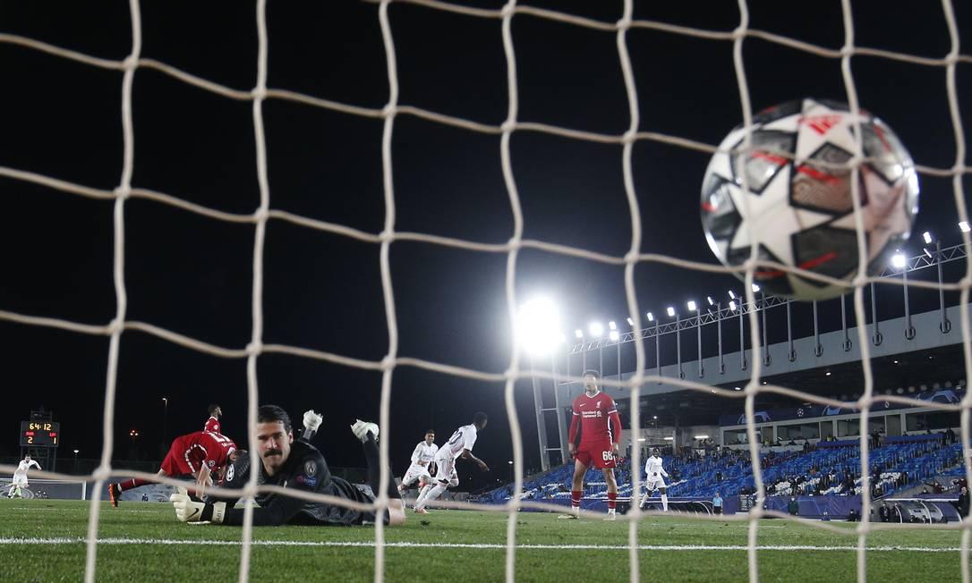 Alisson, goleiro da seleção, observa a bola chutada por Vinicius Junior, também já lembrado por Tite, morrer no fundo da rede Foto: SUSANA VERA / REUTERS