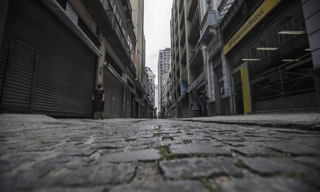 Lojas fechadas e calçadas esvaziadas na Rua Gonçalves Dias, no Centro, nesta segunda-feira Foto: Alexandre Cassiano em 5-4-2021 / Agência O Globo