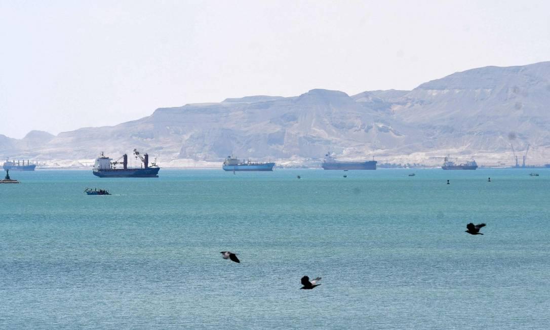 Em março, navios formaram fila para passar pelo Canal de Suez após o cargueiro Ever Given encalhar e bloquear a passagem Foto: AHMED HASAN / AFP/28-3-21