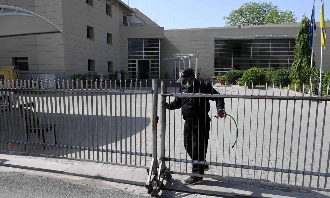 Guarda faz segurança da entrada da federação paquistanesa, após tomada por grupo político Foto: ARIF ALI / AFP