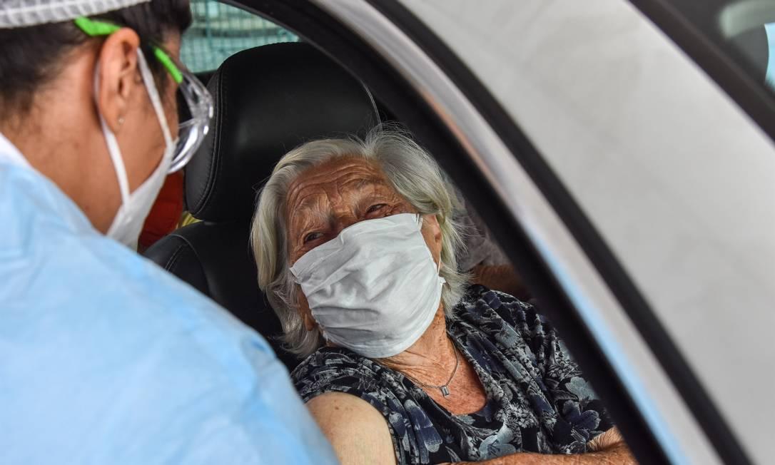 Idosos acima de 90 anos se vacinaram por drive thru em São Paulo Foto: Roberto Casimiro / Agência O Globo