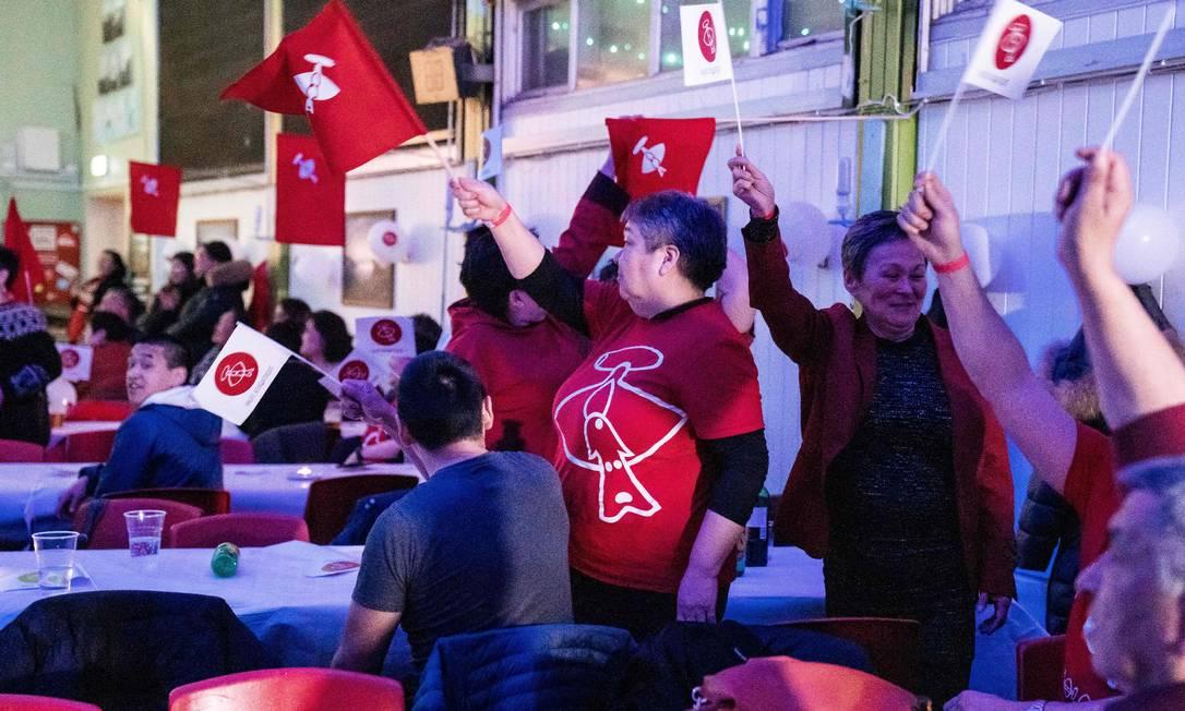 Partidários do Inuit Ataqatigiit celebram os resultados das eleições parlamentares de terça-feira Foto: EMIL HELMS / AFP