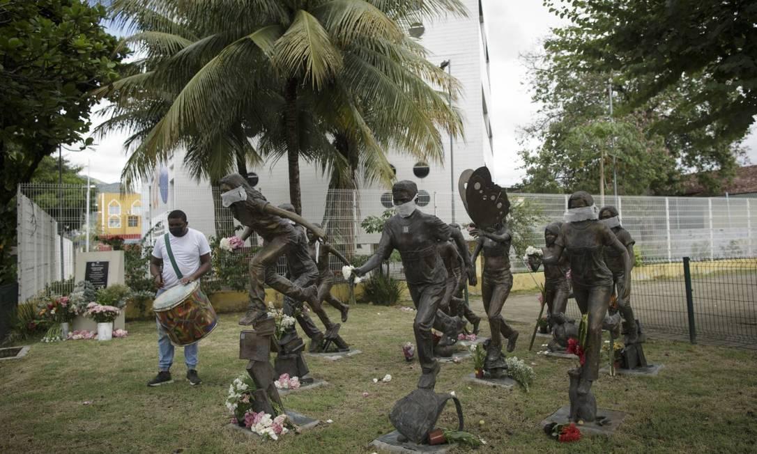 Jovem do grupo de palhaços Trupe Quintal Itinerante tocou 12 batidas no bumbo em homenagem às cruzadas, com quem apareceu junto Foto: Márcia Foletto / Agência O Globo