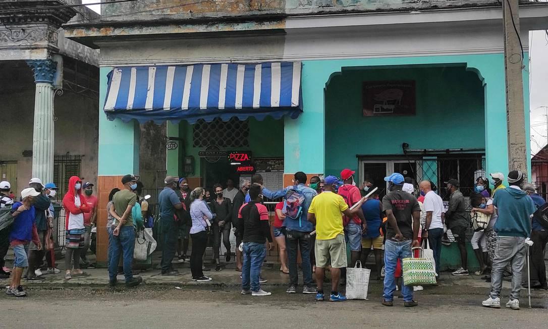 Cubanos se aglomeram para comprar comida em meio a escassez de produtos básicos no país Foto: YAMIL LAGE / AFP