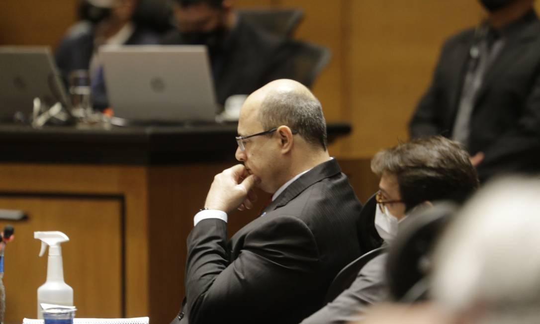 O governador afastado Wilson Witzen senta no banco dos réus, durante sessão presencial do Tribunal Especial Misto (TEM) em que ele e o ex-secretário de Saúde e delator Edmar Santos foram interrogados, no Tribunal de Justiça do Rio Foto: Antonio Scorza / Agência O Globo - 07/04/2021