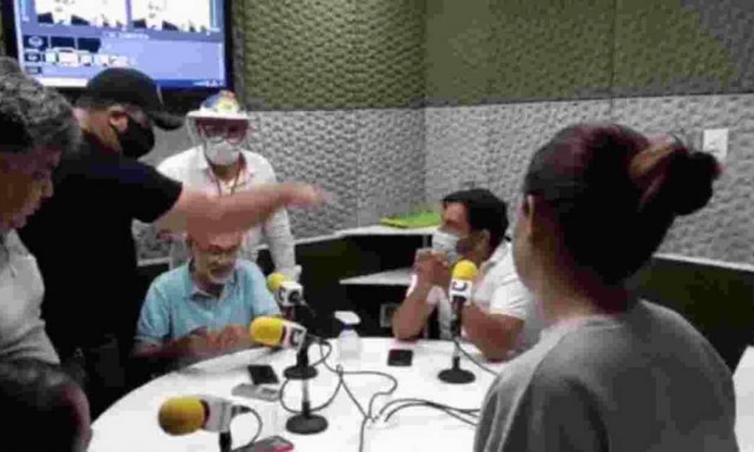 Homens entraram em estação de rádio após locutor criticar condução de Bolsonaro na pandemia Foto: Reprodução