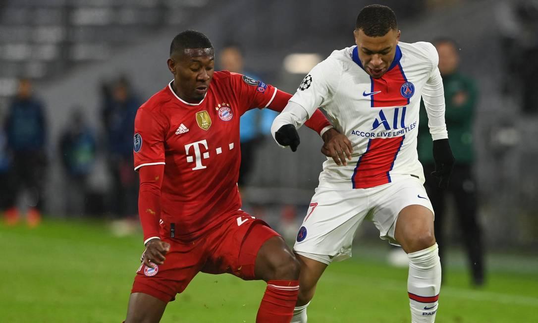 Atacante do PSG Mbappé é marcado por Alaba, do Bayern de Munique: jogador marcou duas vezes na vitória por 3 a 2 sobre os alemães na Champions Foto: CHRISTOF STACHE / AFP