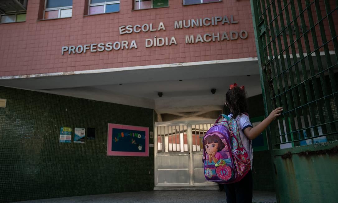 Rebeca Targino, de 5 anos, foi a única aluna a comparecer no seu turno de aula, que acontece em rodízio de alunos Foto: Brenno Carvalho / Agência O Globo