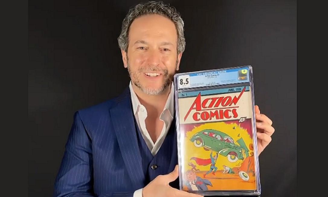 Vincent Zurzolo, co-fundador da casa de leilões ComicConnect.com, com rara edição vendida por 3,25 milhões de dólares Foto: Reprodução/Instagram