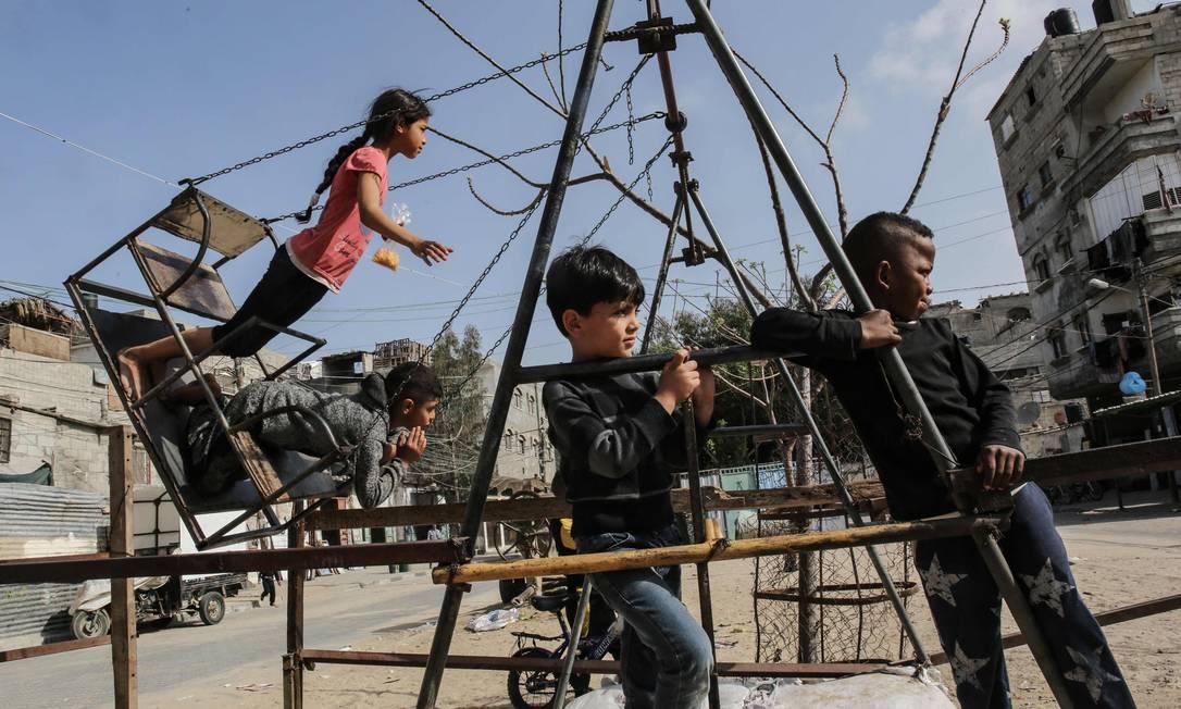 Crianças palestinas brincam no campo de refugiados de Rafah, no sul da Faixa de Gaza. Os Estados Unidos disseram que estavam restaurando a assistência aos palestinos rompida pelo ex-presidente Donald Trump com um anúncio de US $ 235 milhões Foto: SAID KHATIB / AFP