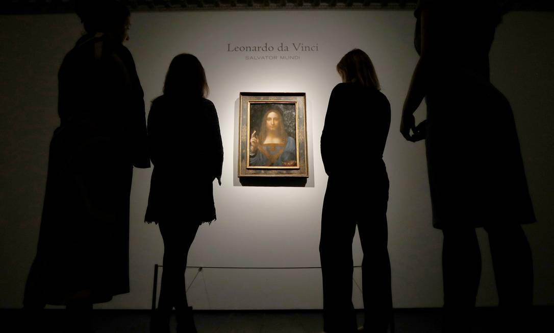 Equipe da Christie's olha o quadro 'Salvator Mundi', durante o leilão em 2017 Foto: Peter Nicholls / Reuters
