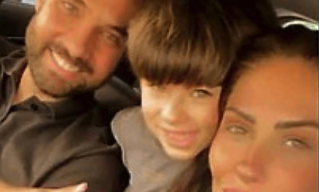 Fim trágico: Henry, em foto de arquivo ao lado da mãe e do padrastro. Segundo investigações, ele era agredido Foto: Reprodução