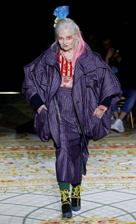Ninguém melhor que a própria estilista Vivienne Westwood para vestir uma criação da marca que leva seu nome, hoje comandada pelo marido dela, Andreas Kronthaler. No desfile de inverno 2018, a designer fez duas entradas, mostrando a moda volumosa e desconstruída da grife Foto: BENOIT TESSIER / REUTERS