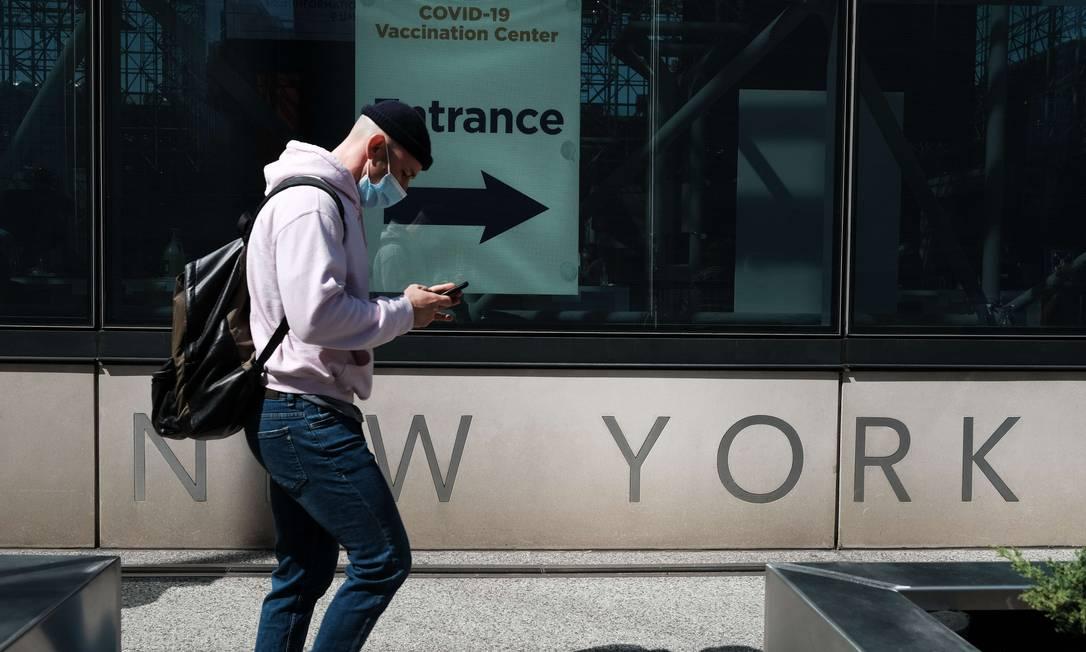 Pessoas circulam por centro de vacinação contra Covid-19 em Nova York Foto: SPENCER PLATT / AFP/23-03-2021