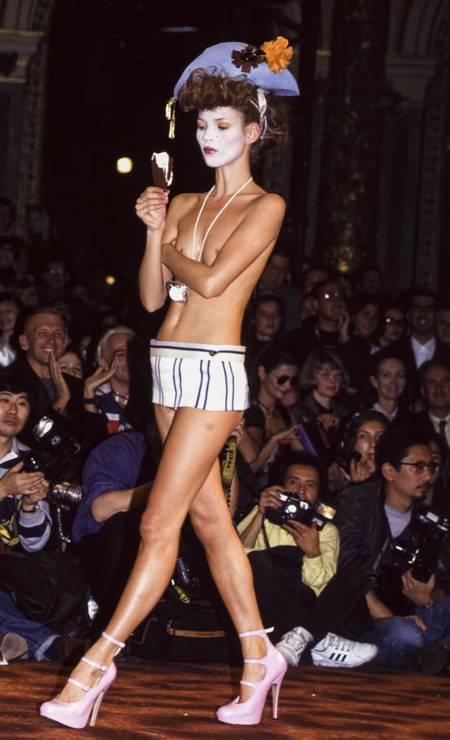 Em 1993, Kate Moss no desfile de Vivienne Westwood Foto: Pool ARNAL/GARCIA / Gamma-Rapho via Getty Images
