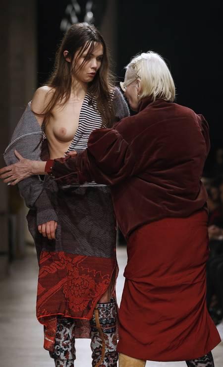 Na edição de inverno 2017 da semana de moda de Paris, a estilista britânica Vivienne Westwood roubou a cena ao arrumar o look de uma modelo, que ficou com um dos seios de fora, no meio da apresentação de sua grife Foto: PATRICK KOVARIK / AFP