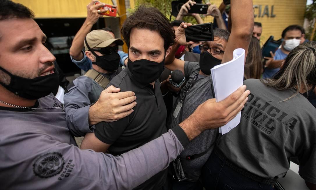 Dr. Jairinho deixa a delegacia onde prestou depoimento nesta quinta-feira Foto: Brenno Carvalho / Agência O Globo