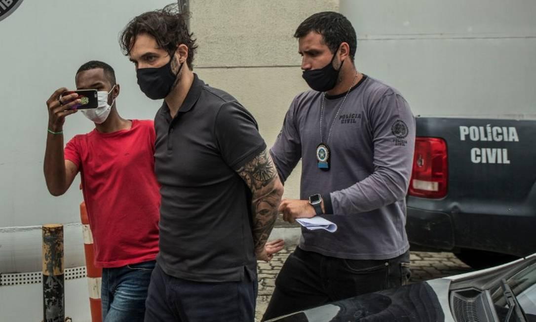 Dr.Jairinho ao chegar à Poliner Foto: Guito Moreto / Agência O Globo
