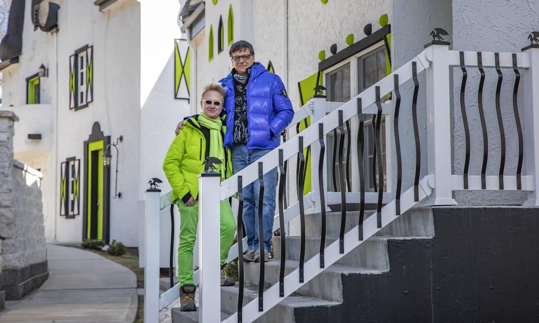 Gregory Henderson e seu marido, Joseph Massa, coproprietários da pousada The Roxbury at Stratton Falls, na cidade de Roxbury, etado de Nova York. Foto: John Muggenborg / The New York Times