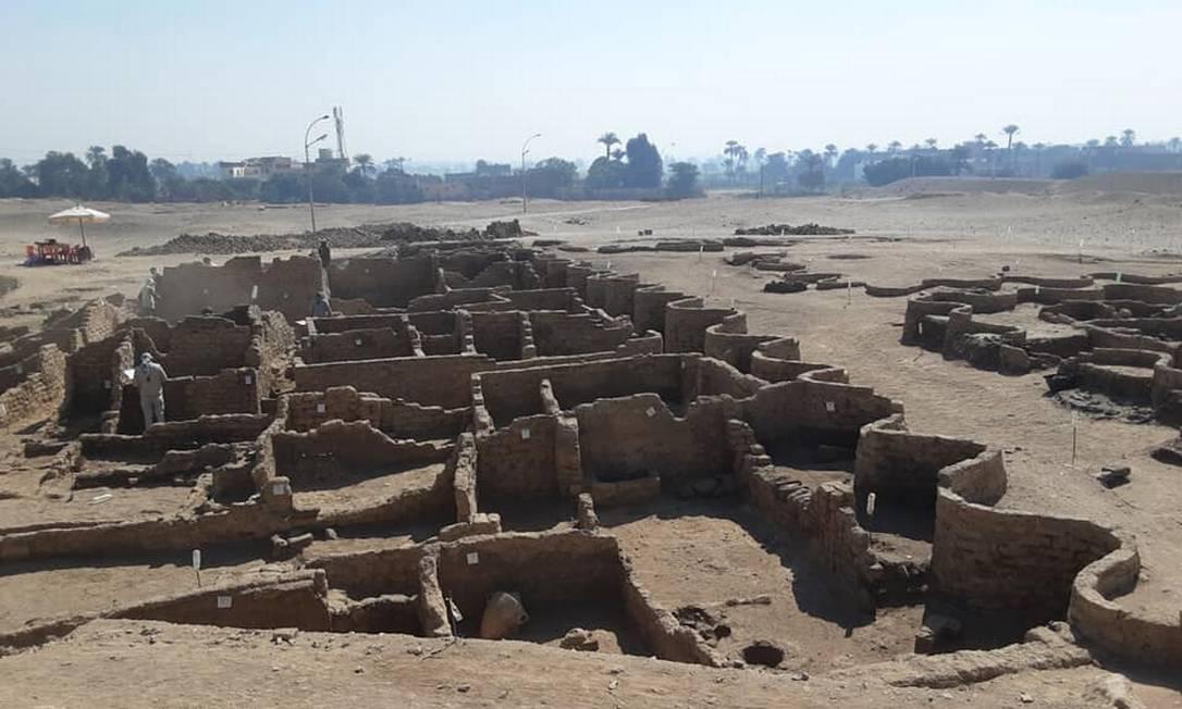 Expedição liderada pelo arqueólogoZahi Hawass encontrou uma cidade que foi coberta pela areia há 3 mil anos no Egito Foto: Reprodução/Facebook Zahi Hawass