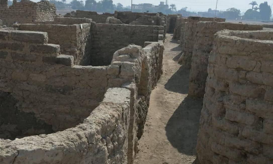 Trabalho de arqueólogos revelou ruínas de construções, joias, cerâmica colorida, amuletos de escaravelho e tijolos de lama com os selos de Amenófis III Foto: Reprodução/Facebook Zahi Hawass