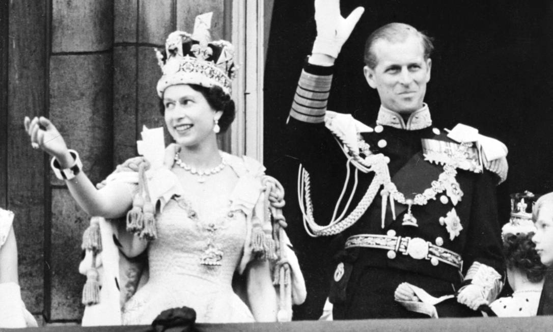 A rainha Elizabeth II da Grã-Bretanha acompanhada pelo príncipe Philip da Grã-Bretanha, duque de Edimburgo, acena para a multidão, após ser coroado na Abadia de Westminter em Londres, em 2 de junho de 1953 Foto: - / AFP