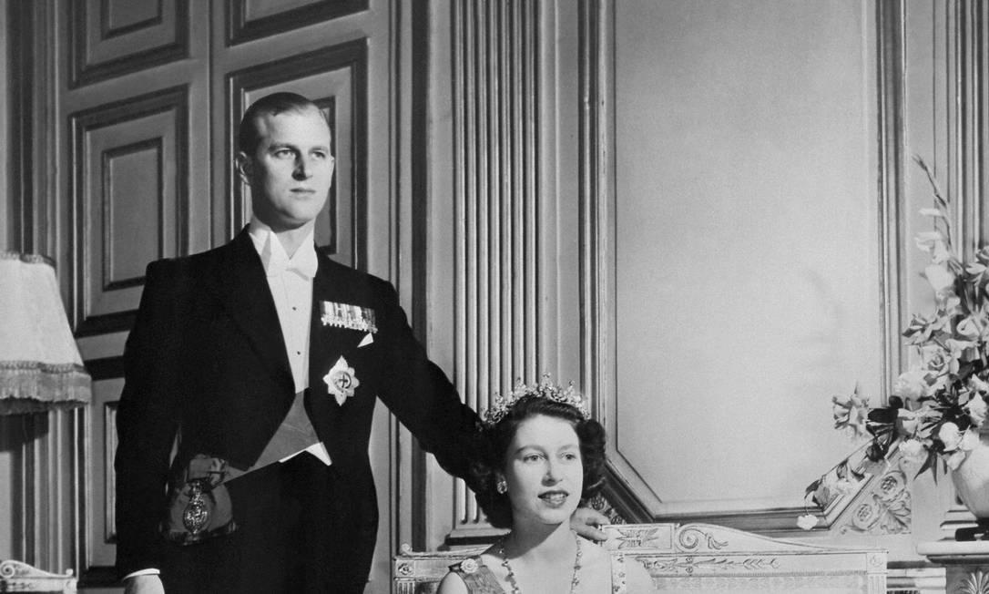 A Princesa Elizabeth da Grã-Bretanha (então futura Rainha Elizabeth II da Grã-Bretanha) e o Príncipe Philip da Grã-Bretanha, Duque de Edimburgo posam no Palácio de Buckingham, Londres, em 1948 Foto: - / AFP