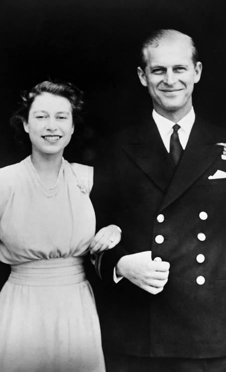 Princesa Elizabeth e o príncipe Philip posam no dia do noivado, em julho de 1947, em frente ao Palácio de Buckingham Foto: - / AFP