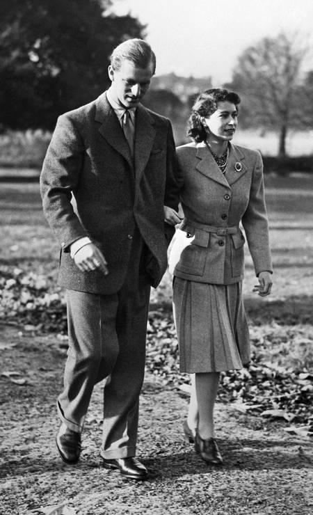 A ainda princesa britânica Elizabeth e príncipe Philip caminham durante sua lua de mel, na propriedade de Broadlands, Hampshire Foto: - / AFP