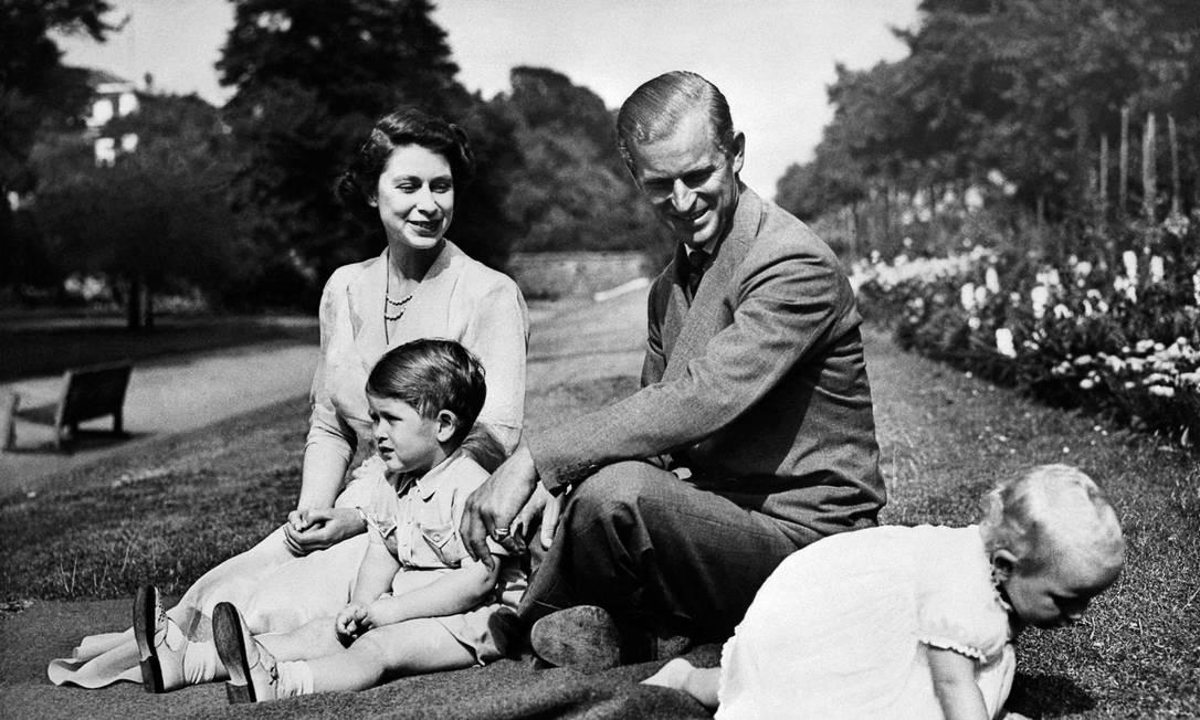 Rainha Elizabeth II, e seu marido Philip, duque de Edimburgo, com seus dois filhos Charles e a princesa Anne Foto: - / AFP