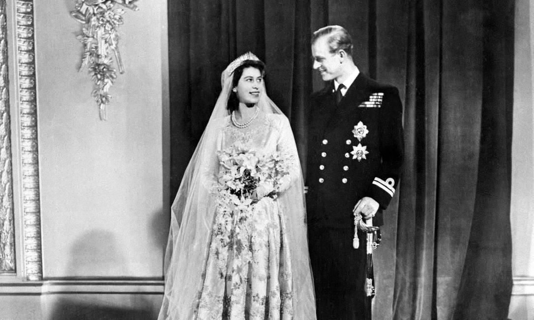 Nesta foto de arquivo tirada em 20 de novembro de 1947, a princesa britânica Elizabeth () e Philip, duque de Edimburgo, posam no dia do casamento no Palácio de Buckingham em Londres em 20 de novembro de 1947 Foto: - / AFP