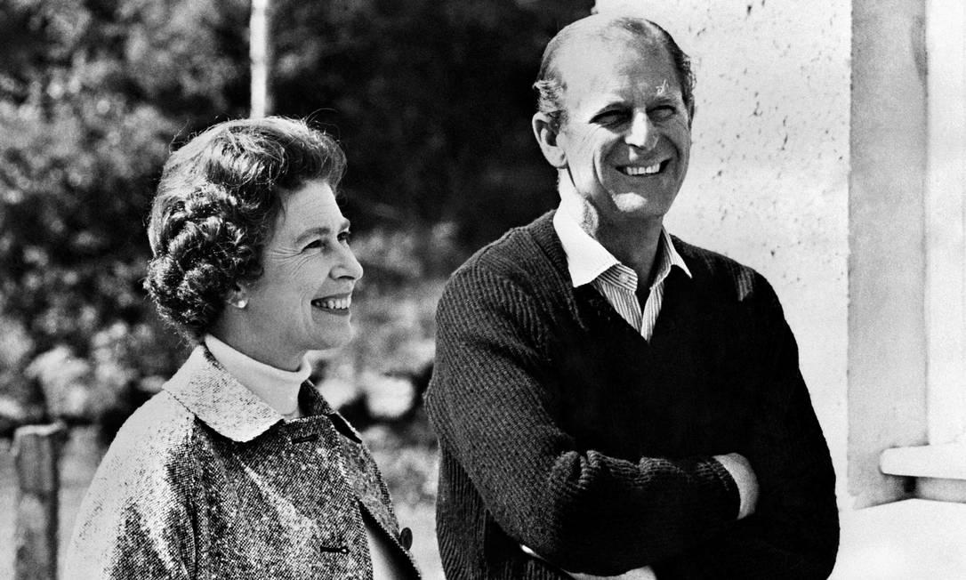 Neste arquivo, foto tirada em 31 de outubro de 1972, a Rainha Elizabeth e o Príncipe Philip, Duque de Edimburgo, posam no Castelo de Balmoral, perto da vila de Crathie em Aberdeenshire Foto: - / AFP