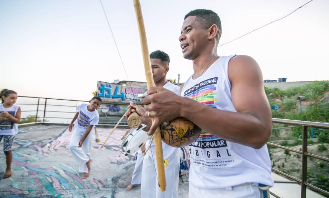 """Na roda. Messias com seus alunos no Vidigal: """"A capoeira me formou enquanto homem e enquanto pai"""", diz Foto: Divulgação"""