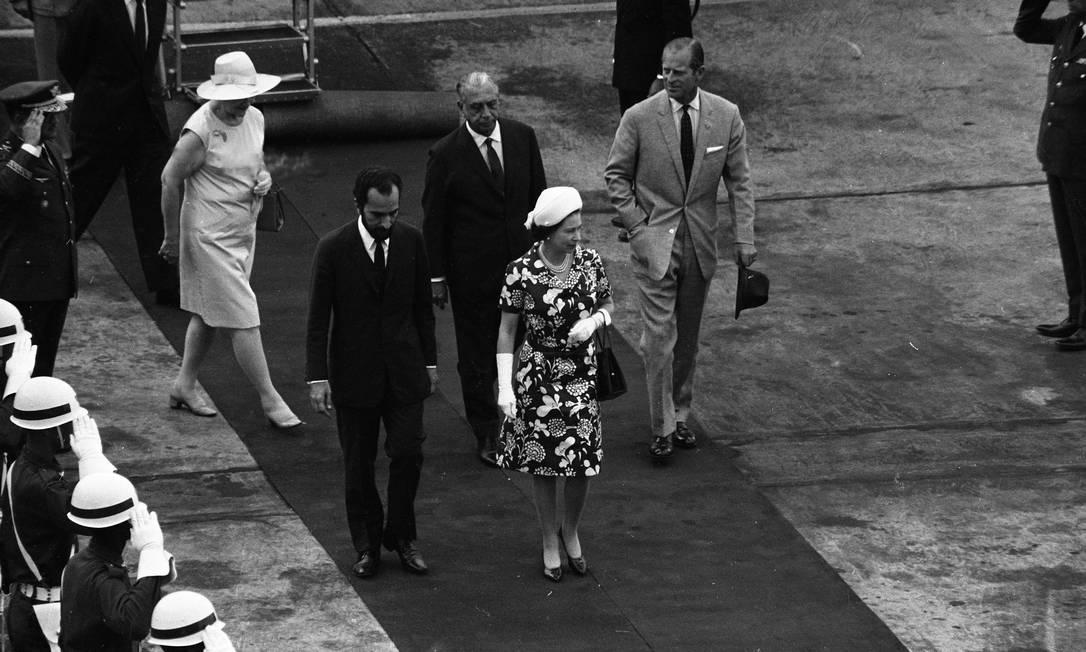 Rainha Elizabeth e príncipe Philip desembarcam do iate Britannia, na Zona Portuária do Rio Foto: Agência O Globo
