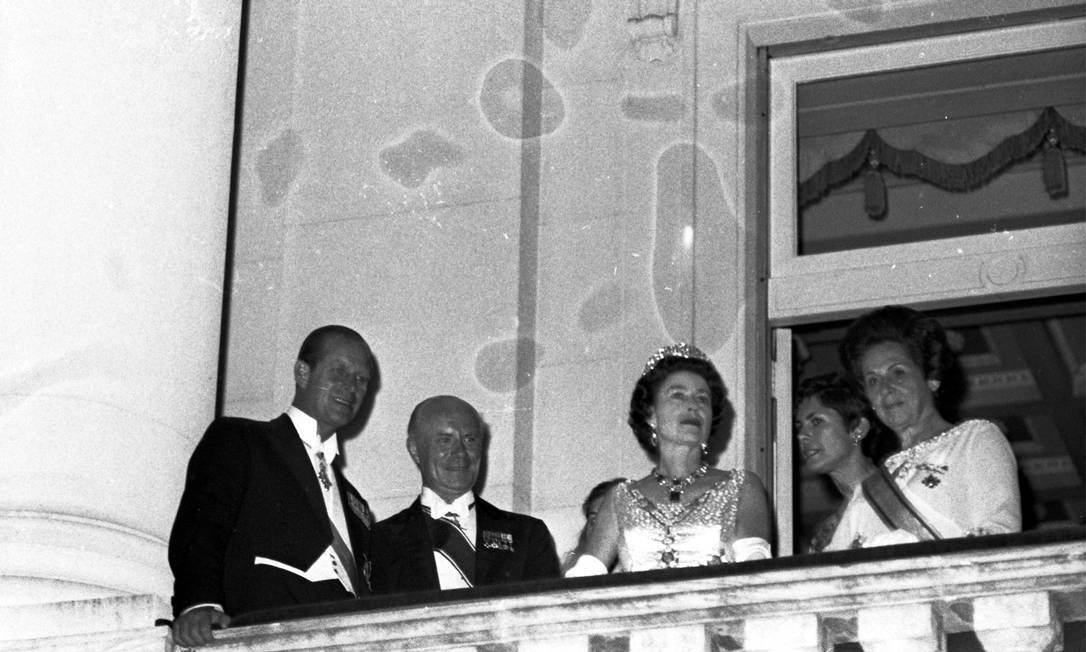 Príncipe Philip e raiinha Elizabeth II em noite de Gala na embaixada Britânica, em Botafogo, Zona Sul do Rio Foto: Arquivo o Globo / Agência O Globo - 9/11/1968