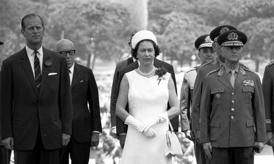 Elizabeth e Philip visitam o Monumento dos Pracinhas, no Aterro do Flamengo, onde depositaram flores em homenagem aos mortos na Segunda Guerra Mundial Foto: Arquivo o Globo / Agência O Globo - 9/11/1968