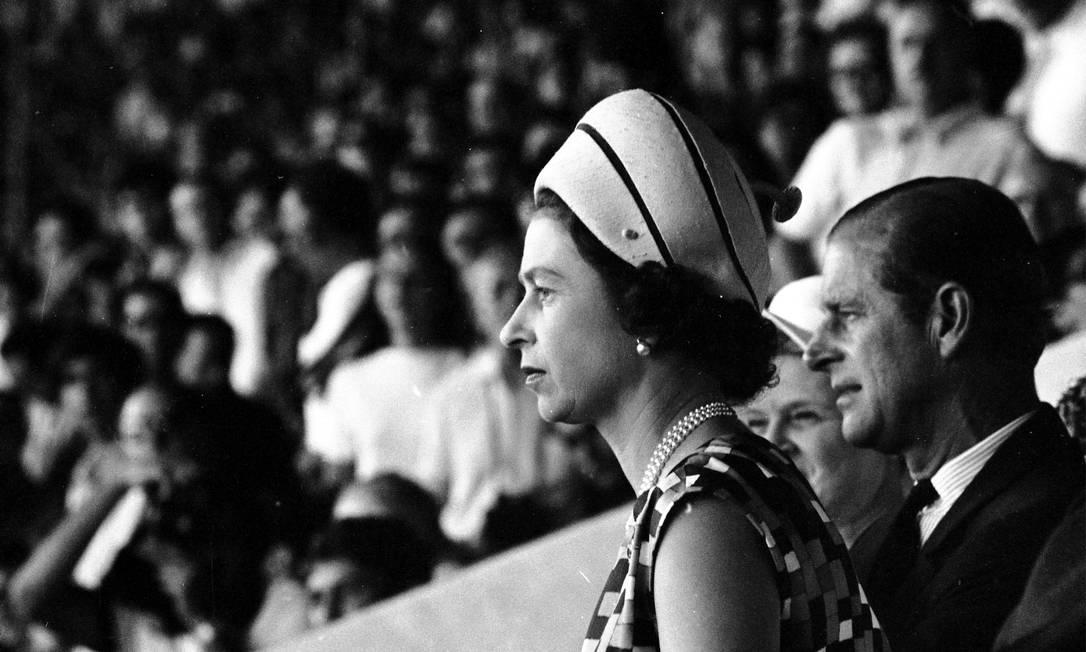Rainha Elizabeth II e príncipe Philip visitaram o Maracanã para assistir amistoso interestadual Cariocas x Paulistas Foto: Arquivo o Globo / Agência O Globo - 10/11/1968
