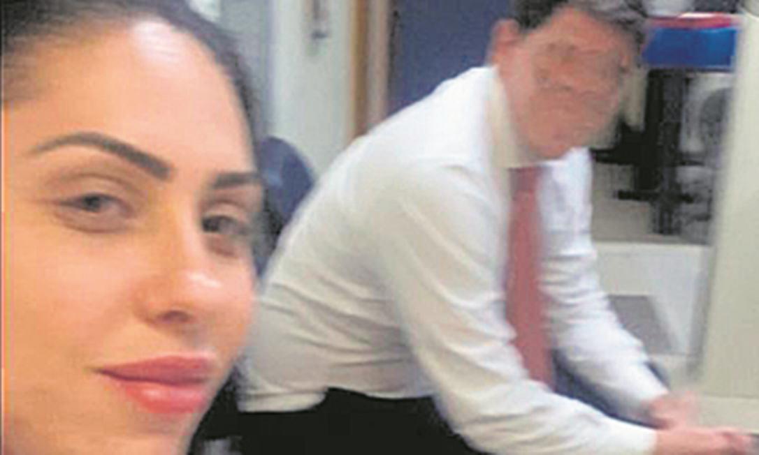 Mãe de Henry, Monique Medeiros, faz selfie na 16ªDP (Barra da Tijuca), onde prestou depoimento Foto: Reprodução